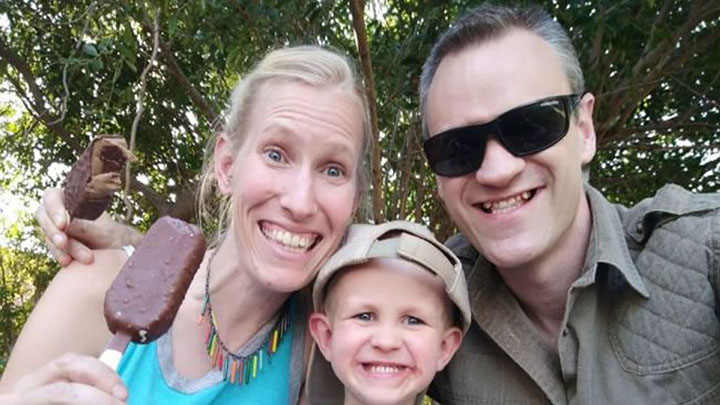 Familia víctima de ataque de jirafa