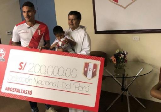 El cheque de Paolo Guerrero a la Teletón 2018.