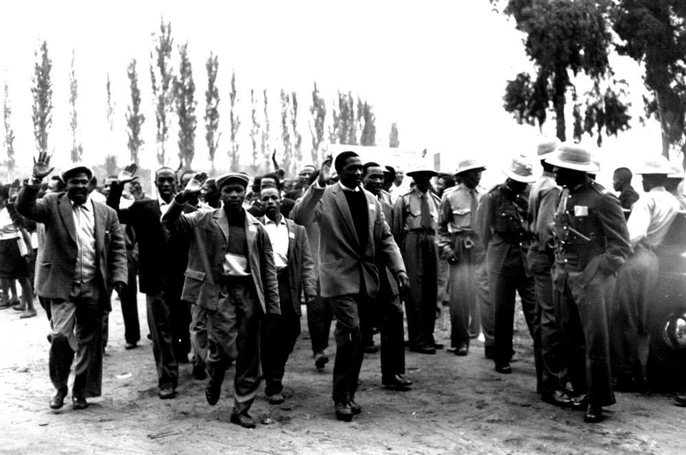 Hombres, mujeres y niños se manifestaron de forma pacífica contra la ley de pases.