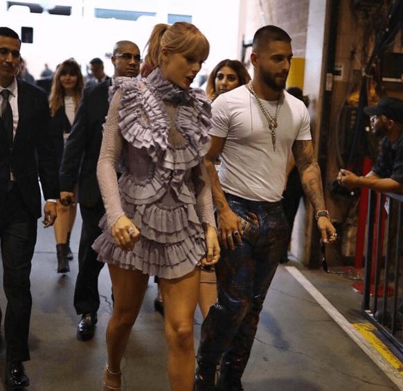 Taylor y Maluma caminando