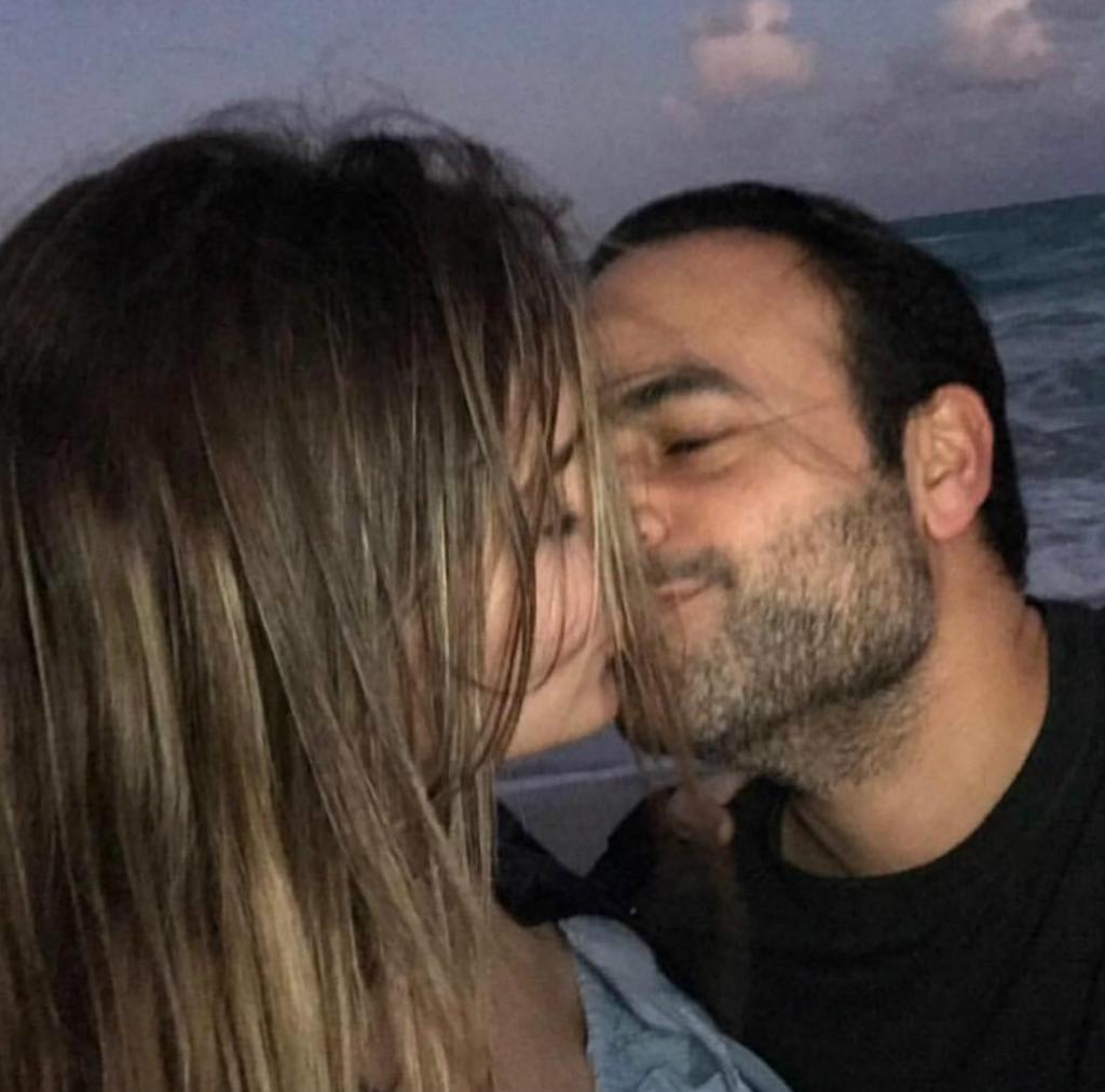 Belinda y Ben Talei besándose