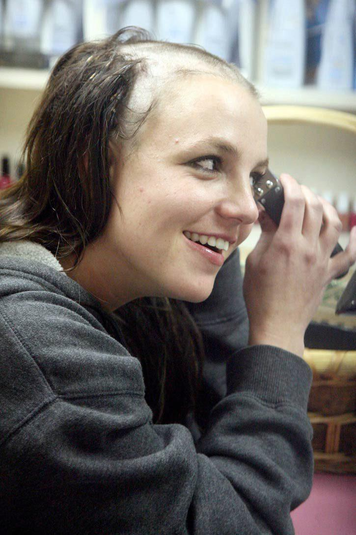 Britney Spears se rapa la cabeza