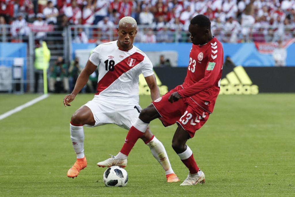 Debut de Perú contra Dinamarca.